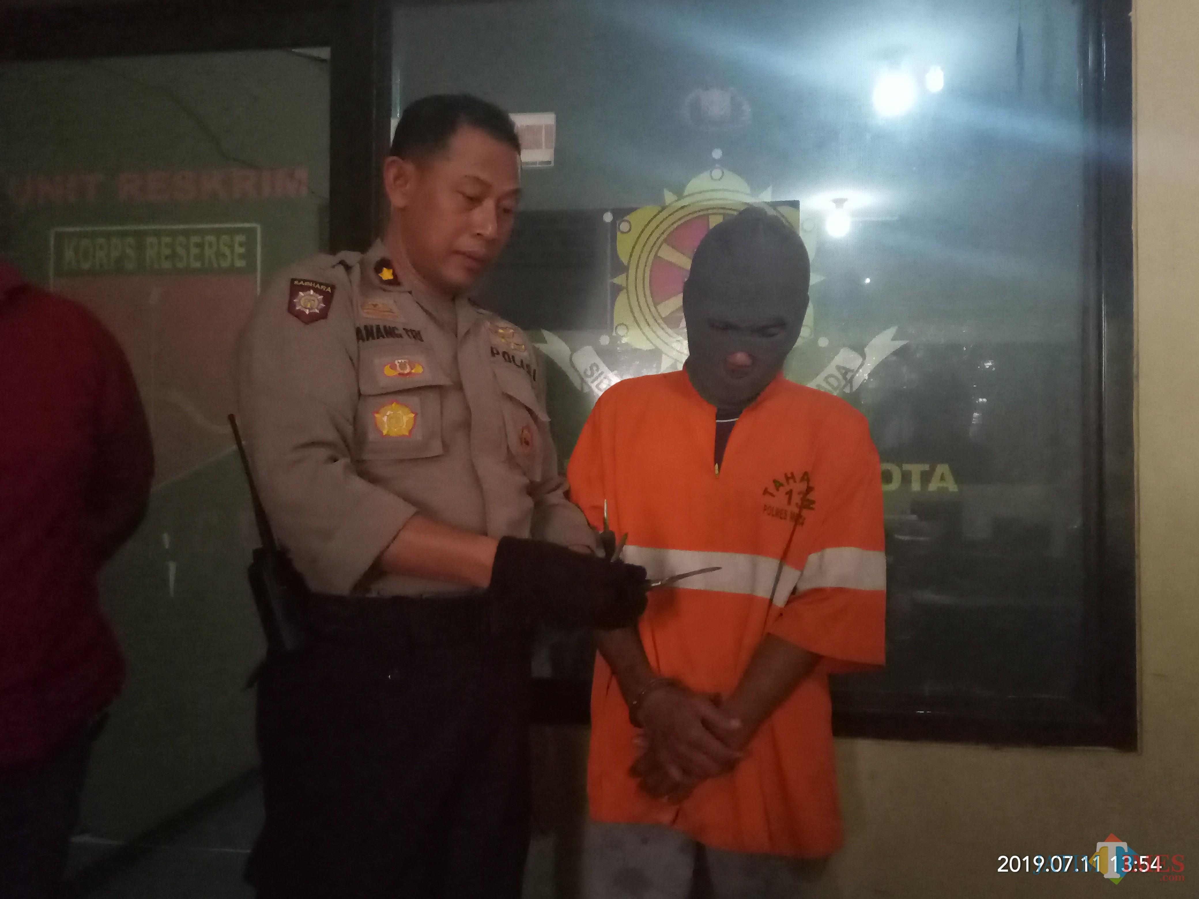 Pelaku yang beberapa waktu berhasil ditangkap Polisi bersama warga (Anggara Sudiongko/MalangTIMES)