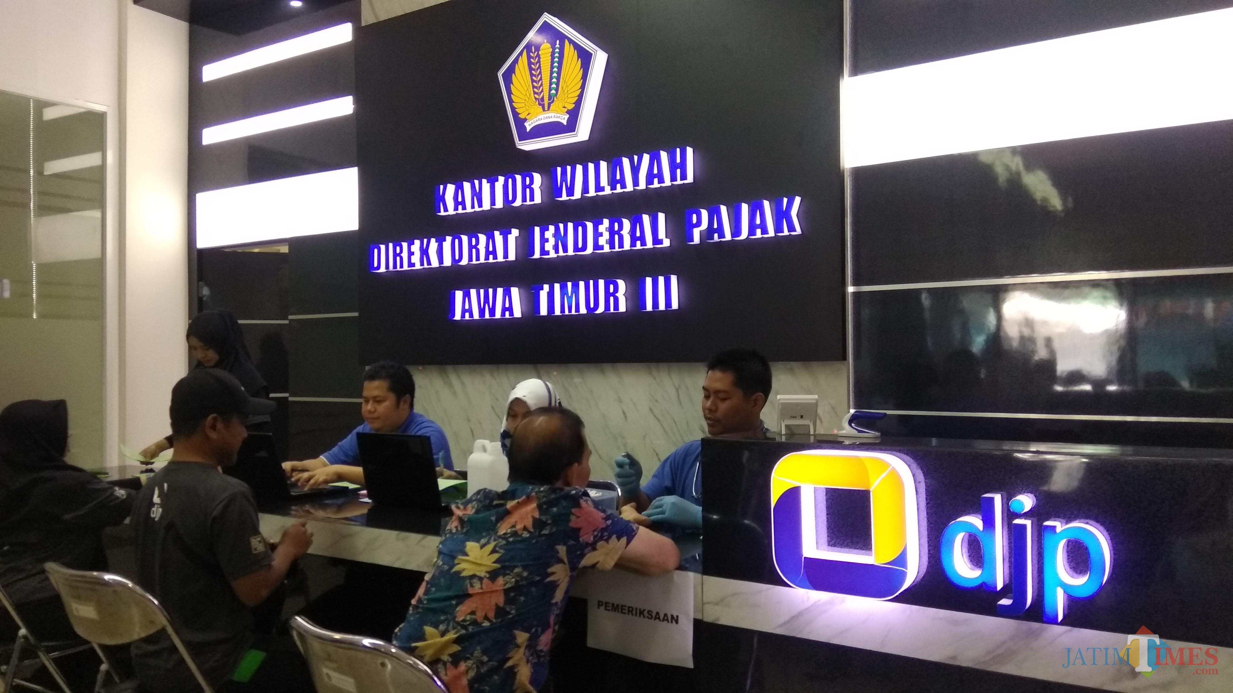Pelayanan pembayaran pajak di Kantor Wilayah DJP Jatim III di Kota Malang. (Foto: Nurlayla Ratri/MalangTIMES)