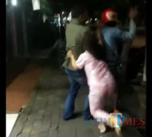 Perkelahian yang sempat terekam oleh netizen / Foto : Istimewa / Tulungagung TIMES
