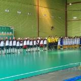 Tim Kota Surabaya dan Kota Malang saat bernyanyi lagu Bagimu Negeri sebelum pertandingan (Hendra Saputra)
