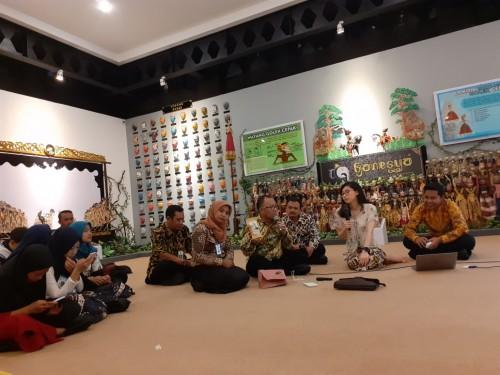 UPT PPU saat mengenalkan Kopi Tulang ke Direktur Pelestarian Cagar Budaya dan Permuseuman, Fitra Arda (UPT PPU)