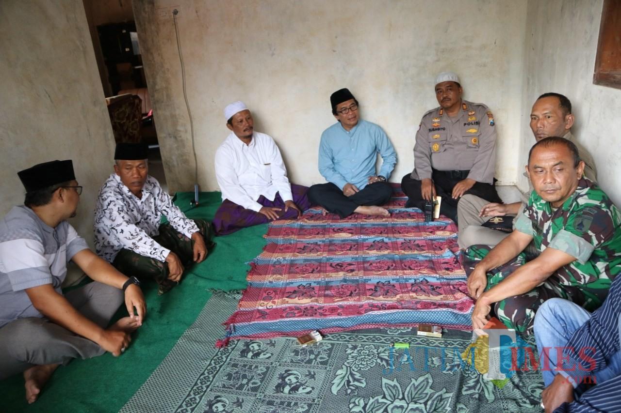 Wakil Bupati Jember Drs. KH. Muqit Arief didampingi Muspika Sumberbaru saat takjiah dirumah duka (foto : istimewa / JatimTIMES)