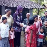 Warga Desa Sumberagung Sumberjambe saat menerima bingkisan alat tulis dari Bupati Jember (foto : istimewa / JatimTIMES)