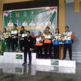 Atlet ganda campuran Kota Malang (paling kanan) saat penyerahan medali (PBSI for MalangTIMES)