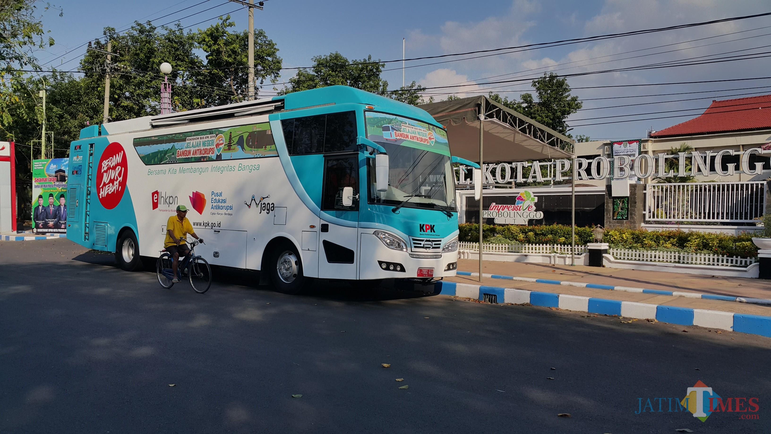 Bus KPK Parkir di depan Kantor Wali Kota Jalan Panglima Sudirman Kota Probolinggo (Agus Salam/Jatim TIMES)