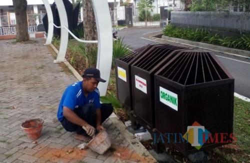 Petugas Bidang Pertamanan yang memasang tempat sampah baru (Bidang Pertamanan for MalangTIMES)