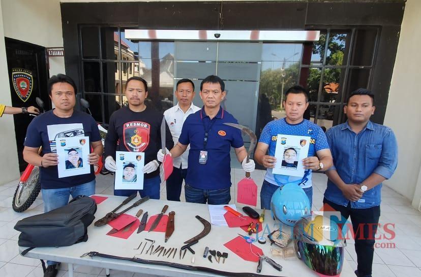 Polisi menunjukkan foto tiga pelaku yang ditembak mati beserta barang bukti.
