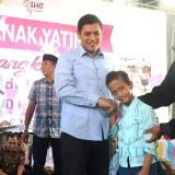 Walikota Kediri Abdullah Abu Bakar saat memberikan santunan kepada anak yatim. (eko Arif s /JatimTimes)