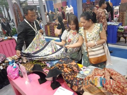 Batik hasil UMKM binaan BI Malang menarik minat para pengunjung KKI 2019 di JCC, Jakarta. (Foto: Dokumen MalangTIMES)