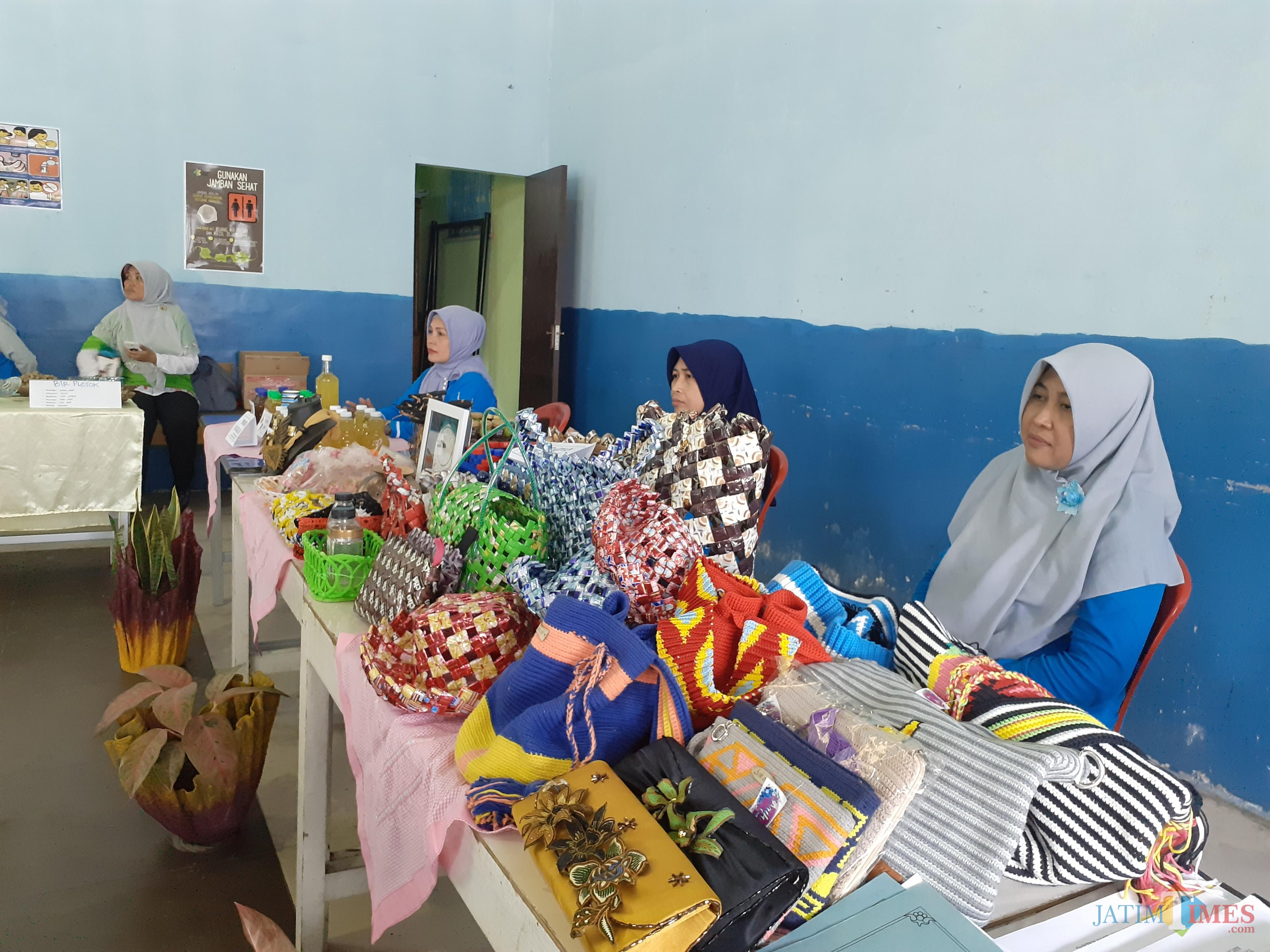 Beberapa kreasi produk yang memanfaatkan limbah sampah dari warga RW 09 Kelurahan Merjosari, Kota Malang (Arifina Cahnyanti Firdausi/MalangTIMES)