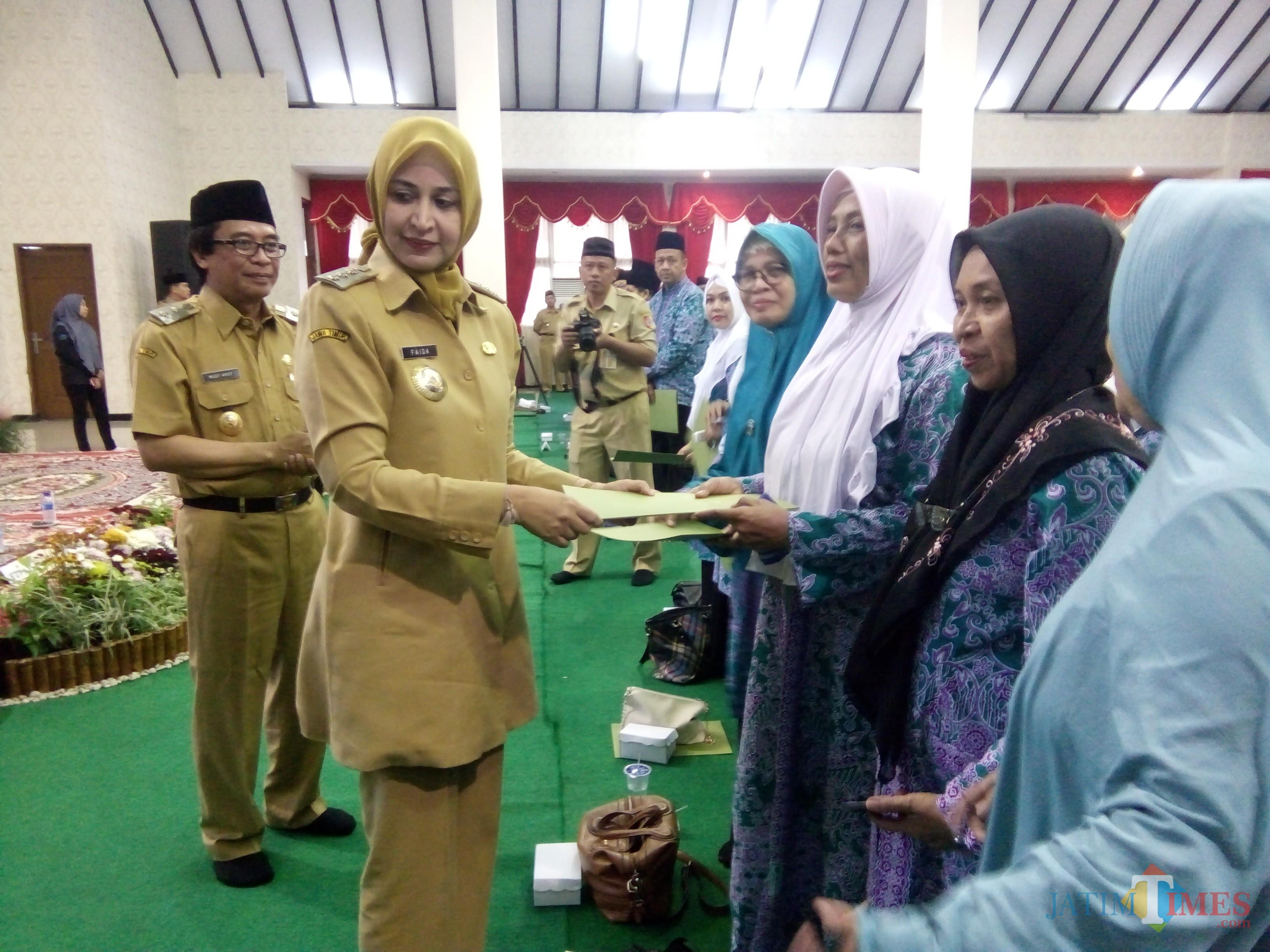 Bupati Jember saat memberikan SK Cuti kepada ASN yang menunaikan ibadah Haji (foto : Moh. Ali Makrus / JatimTIMES)