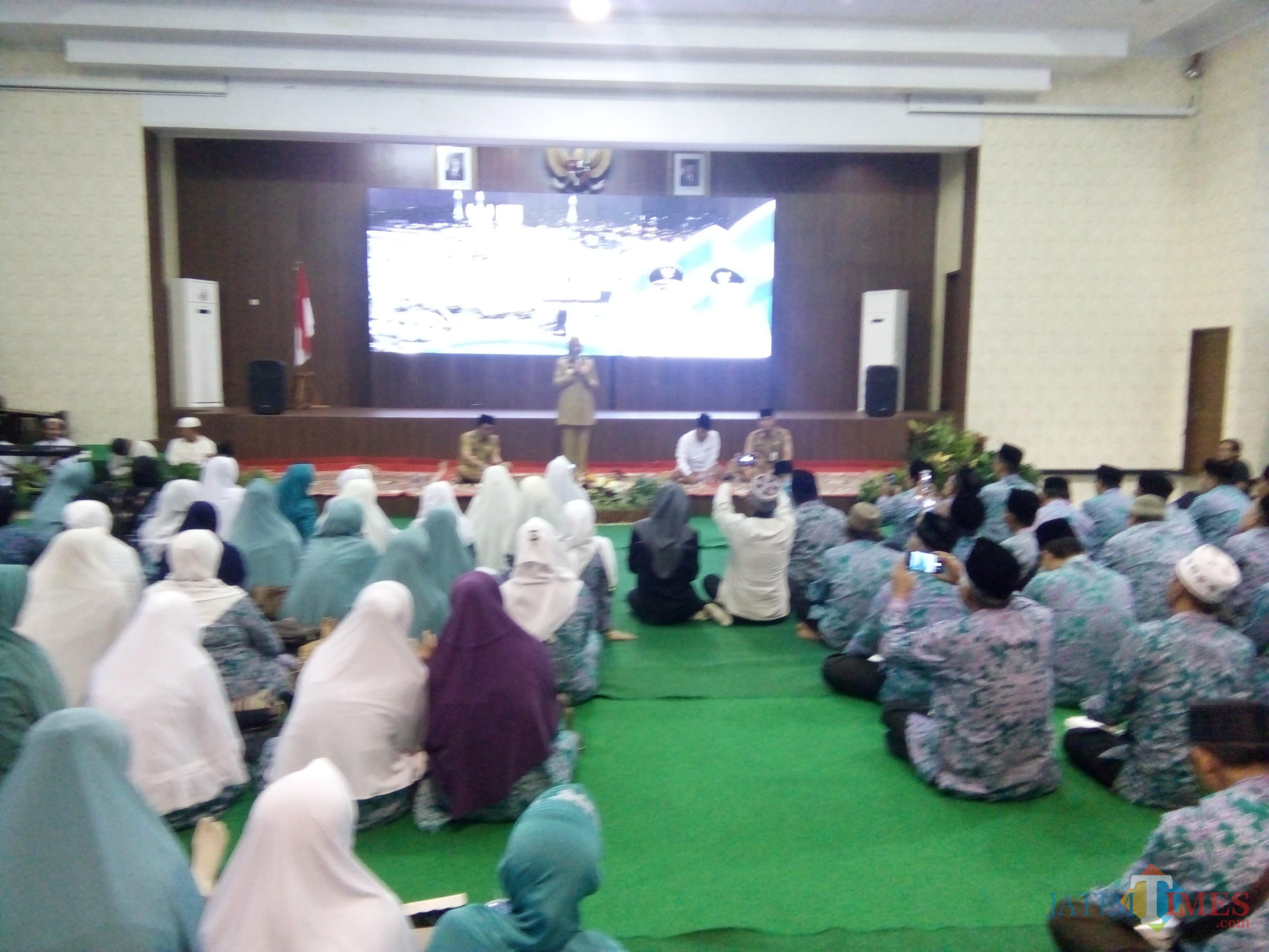 Bupati Jember saat memberikan sambutan kepada ASN yang akan berangkat menunaikan ibadah haji. (foto : Moh. Ali Makrus / jatim TIMES)