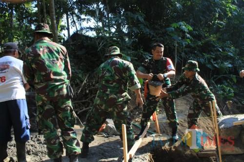 Dandim 0808/Blitar Letkol Inf Kris Bianto memimpin langsung pembangunan jembatan TMMD di Desa Karangbendo.(Foto : Aunur Rofiq/BlitarTIMES)