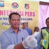 Kanit Reskrim Polsek Ngunut saat tunjukkan alat yang digunakan untuk membuka pintu / Foto : Anang Basso / Tulungagung TIMES