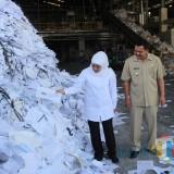 Gubernur Jatim Khofifah ketika mengunjungi pabrik kertas PT Mega Surya Eratama