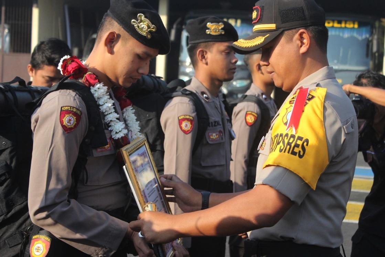 Kapolres Kediri memberikan penghargaan kepada anggotanya. Foto (Ist)