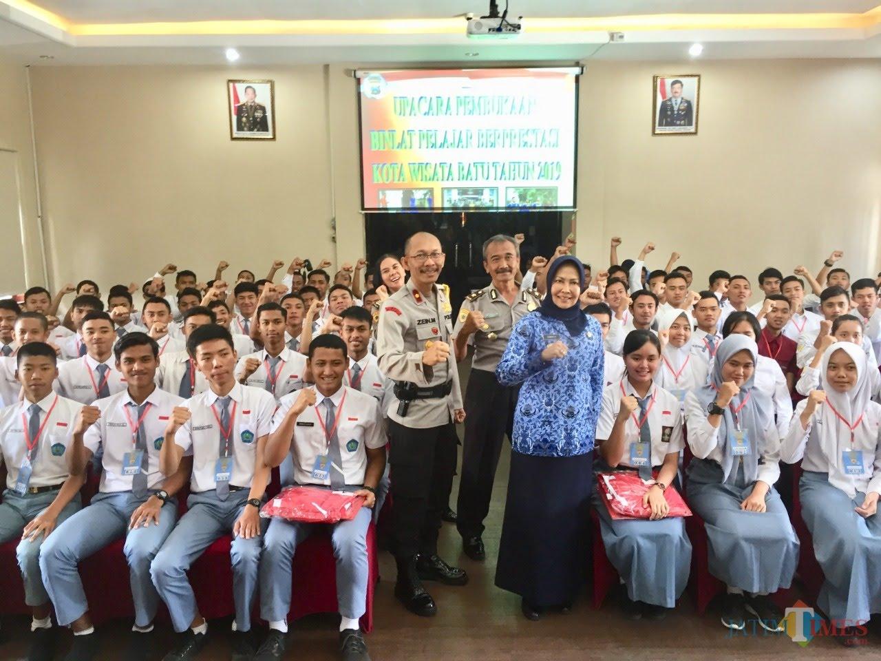 Pelajar SMA/SMK saat bersama Wakapolres Batu Kompol Zein Mawardi bersama Wali Kota Batu Dewanti Rumpoko beberapa saat lalu. (Foto: Irsya Richa/MalangTIMES)