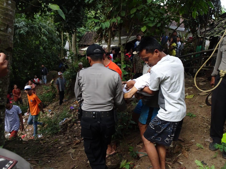 Petugas bersama warga mengevajuasi mayat kakek Sapuan