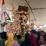 Ratusan warga saat melakukan jabutan di Jalan Sarimun, Desa Beji, Kecamatan Junrejo, Senin (15/7/2019). (Foto: Irsya Richa/MalangTIMES)