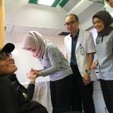 Wali Kota Malang Sutiaji (bertopi) saat melakukan medical check up di Halaman Balai Kota Malang. (Arifina Cahyanti Firdausi/MalangTIMES)
