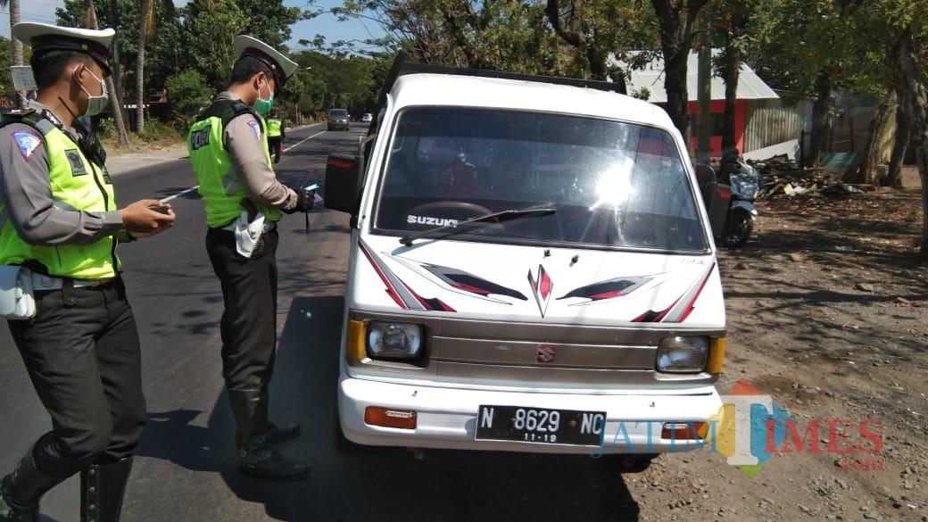 Anggota polantas Polres Situbondo saat melakukan razia di Jalur Pantura Kecamatan Banyuglugur, Situbondo. (Foto Heru Hartanto / Situbondo TIMES)