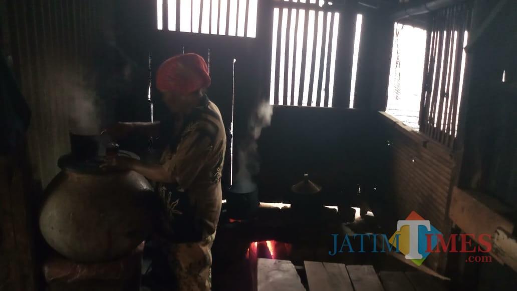 Buk Ndin saat menyedu kopi untuk pengunjung. (Foto: Indra Seriawan/BondowosoTIMES)