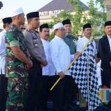 Bupati  Blitar memberangkatkan jamaah haji dari Halaman Pendopo Ronggo Hadi Negoro