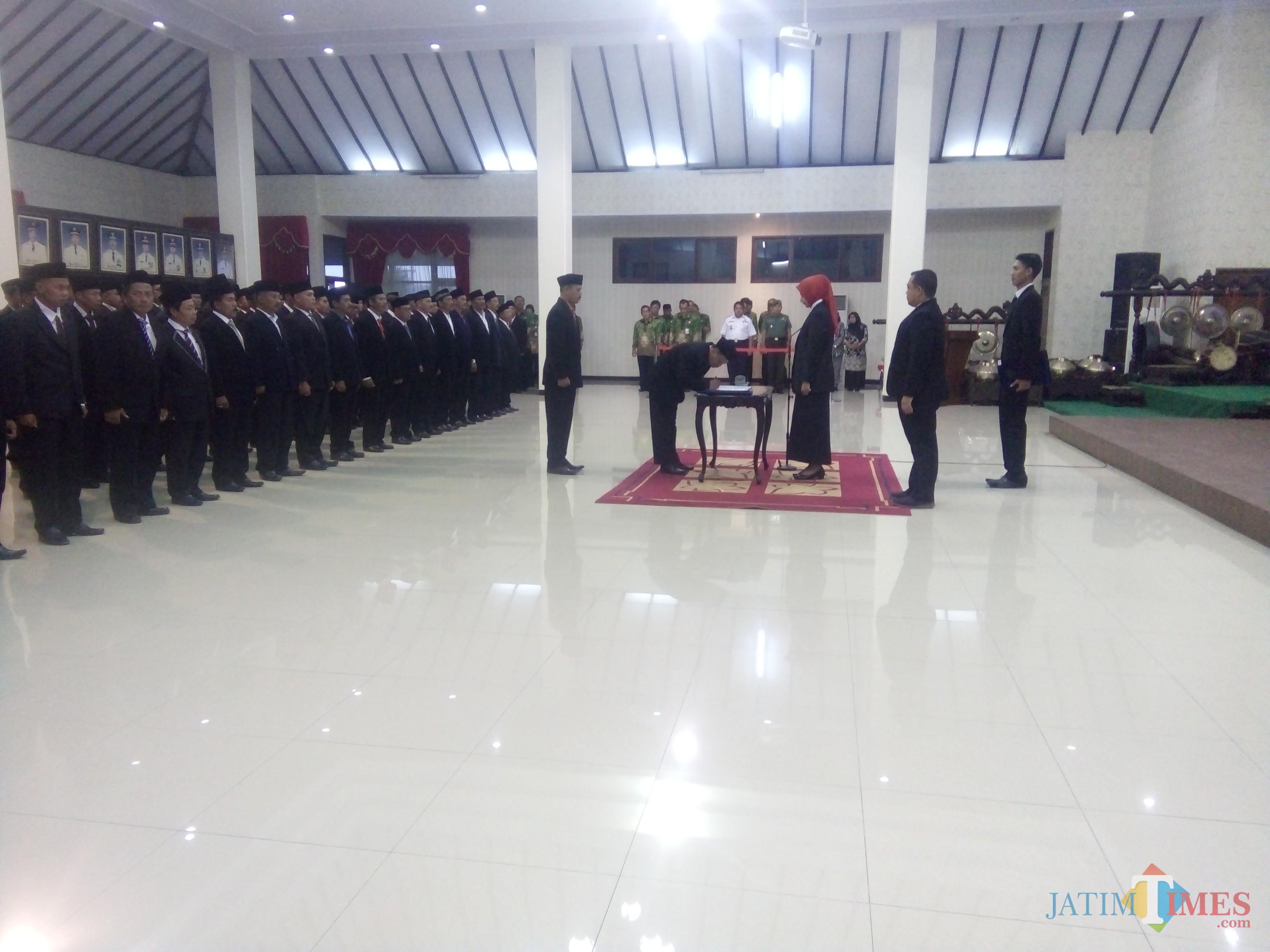 Bupati Jember dr. Hj. Faida MMR saat melantik 80 Pj Kades dan 1 Kades PAW di Pendopo PemkabJember (foto : Moh. Ali Makrus / Jatim TIMES)