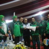 Bupati Lumajang H. Thoriqul Haq M.ML ketika menerima bendera Poprov Jatim (Foto : Moch. R. Abdul Fatah / Jatim TIMES)