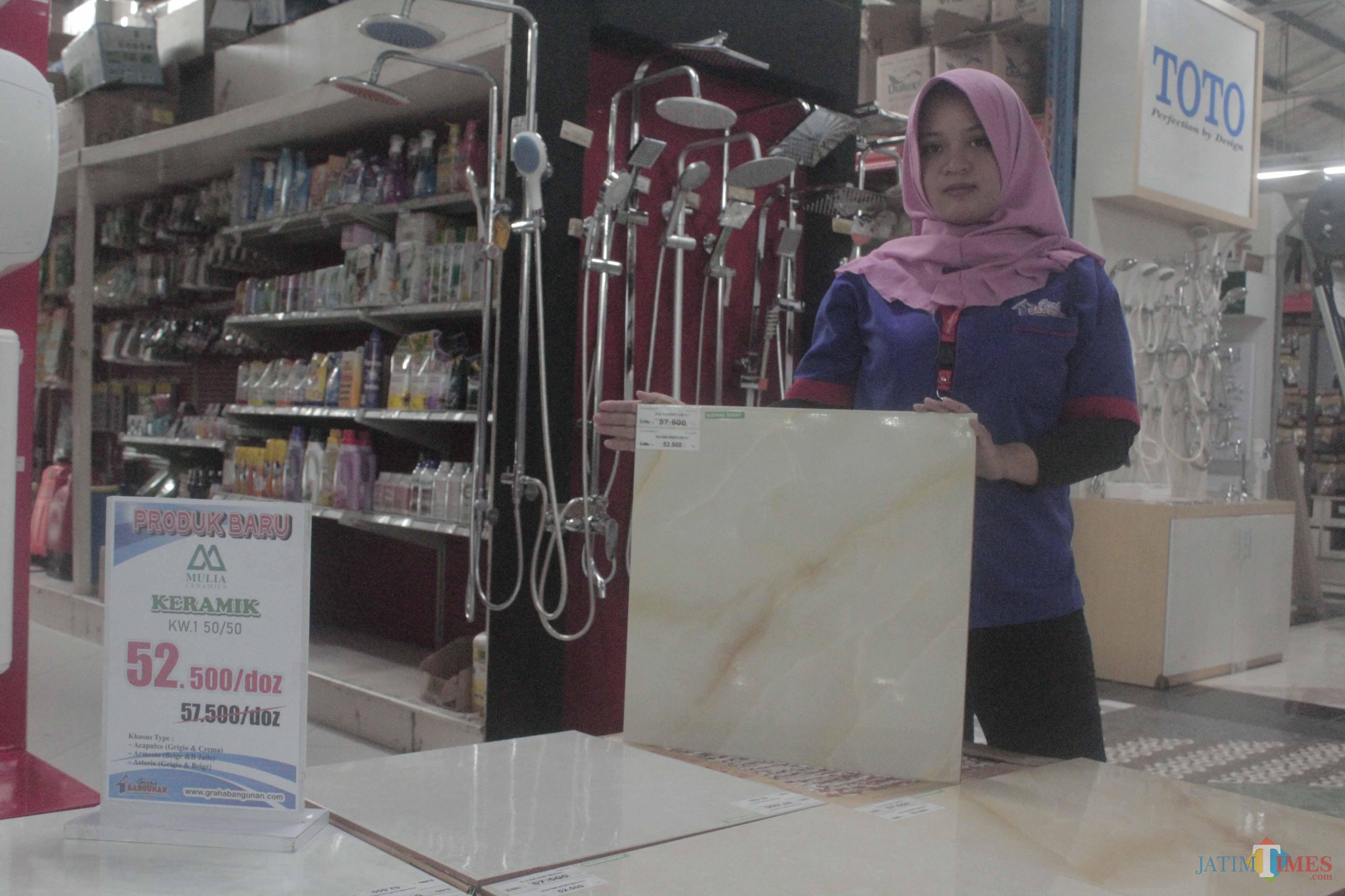 Karyawan menunjukkan keramik produk Mulia Ceramics yang lagi diskon.(Foto : Aunur Rofiq/BlitarTIMES)