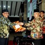 Kepala Bapenda Kabupaten Malang Purnadi (kiri) bersama Plt Bupati Malang Sanusi dalam acara peluncuran strategi peningkatan pajak daerah. (dok MalangTIMES)