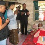 Ketua PCNU Banyuwangi KH Ali Makki Zaini dan penguru PCNU berdoa untuk kesembuhan Painem