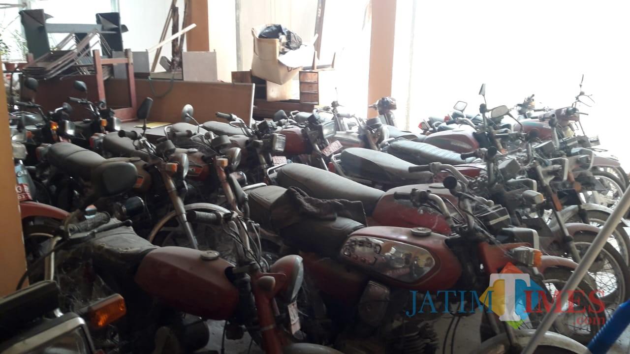 Motor dinas yang disoal oleh Panja LHP BPK lantaran tak jelas keberadaanya,  sebagian terparkir di belakang kantor dinas (foto : Joko Pramono/Jatim Times)