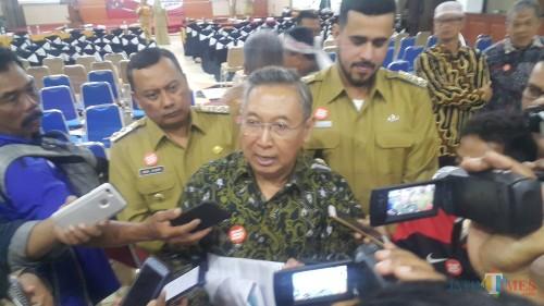 Penasehat KPK saat diwawancarai sejumlah wartawan usai membuka acara road show bus KPK Jelajah Negeri, Bangun Anti Korupsi (Agus Salam/Jatim TIMES)