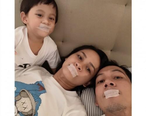 Penyanyi Andien beserta suami dan anak yang memakai plester. (Foto: dok. Instagram@andienaisyah)