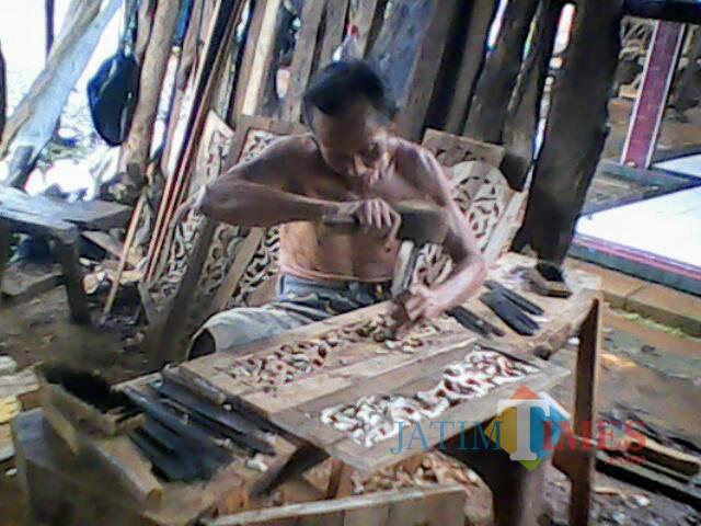 Rauf yang tetap tekun melakoni pekerjaan sebagai tukang ukir.(Foto : Malik Naharul/BlitarTIMES)