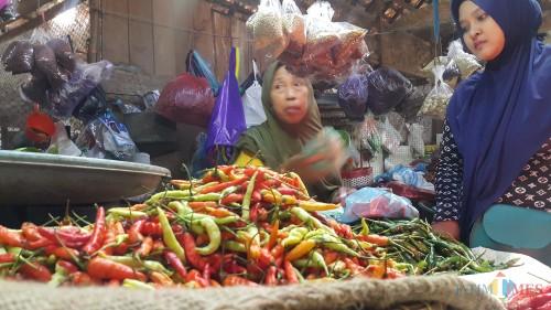 Salah satu pedagang cabai di Pasar Baru Kota Probolinggo (Agus Salam/JatimTIMES)