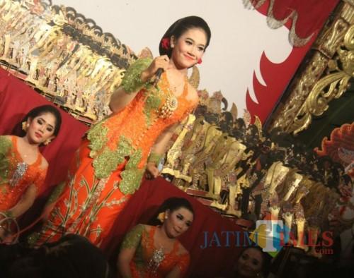 Sekar Dewi Nawang Ara saat tampil nyinden.(Foto : Malik Naharul/BlitarTIMES)