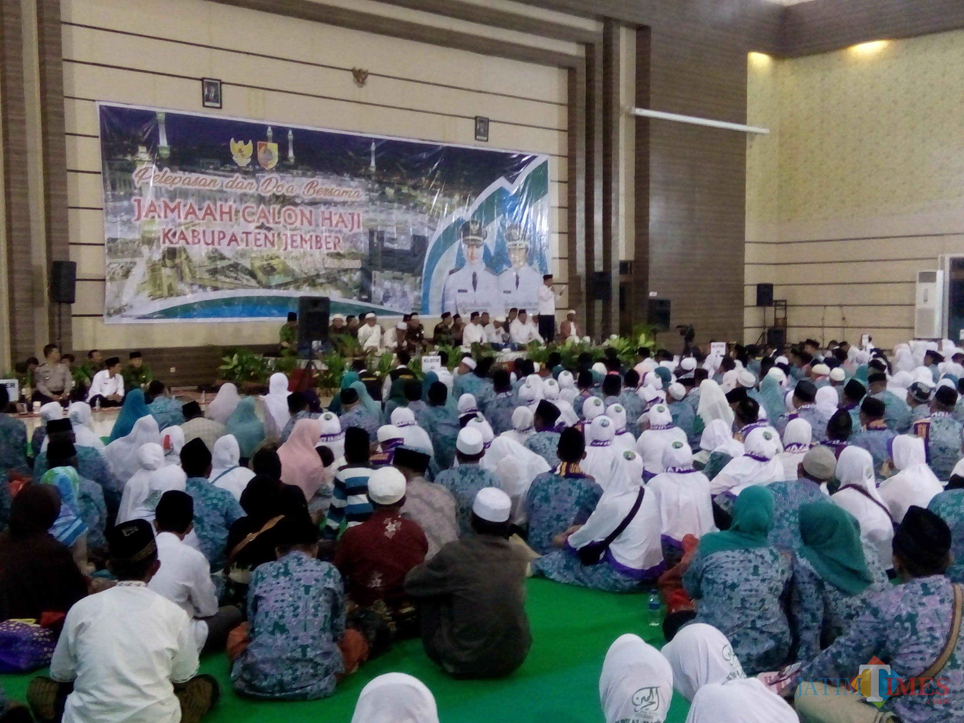 Suasana pelepasan jamaah haji asal Jember di Gedung Balai Serbaguna Kaliwates, Jember. (foto : Moh. Ali Makrus / Jatim TIMES)