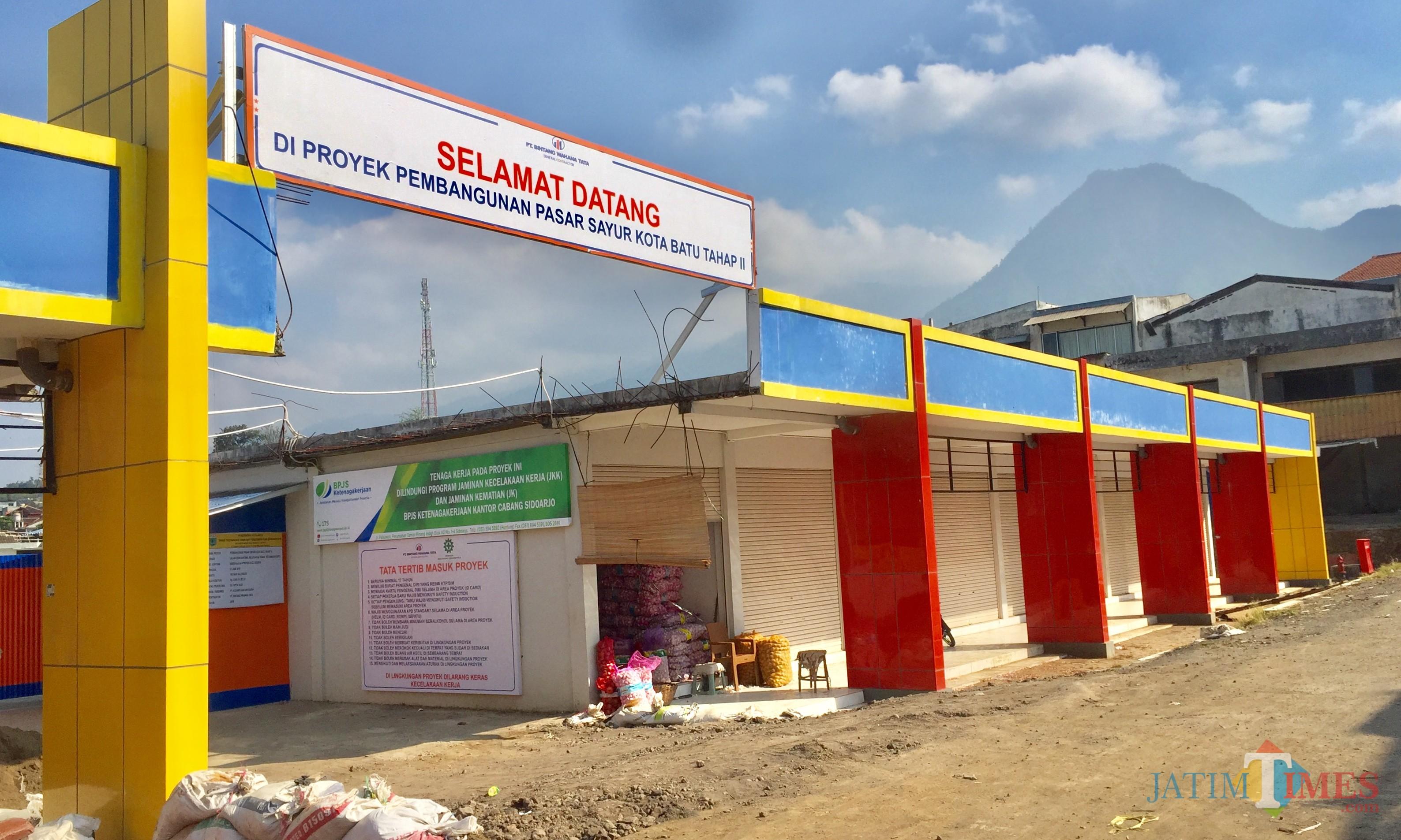 Suasana pembangunan pasar sayur tahap II. (Foto: Irsya Richa/MalangTIMES)