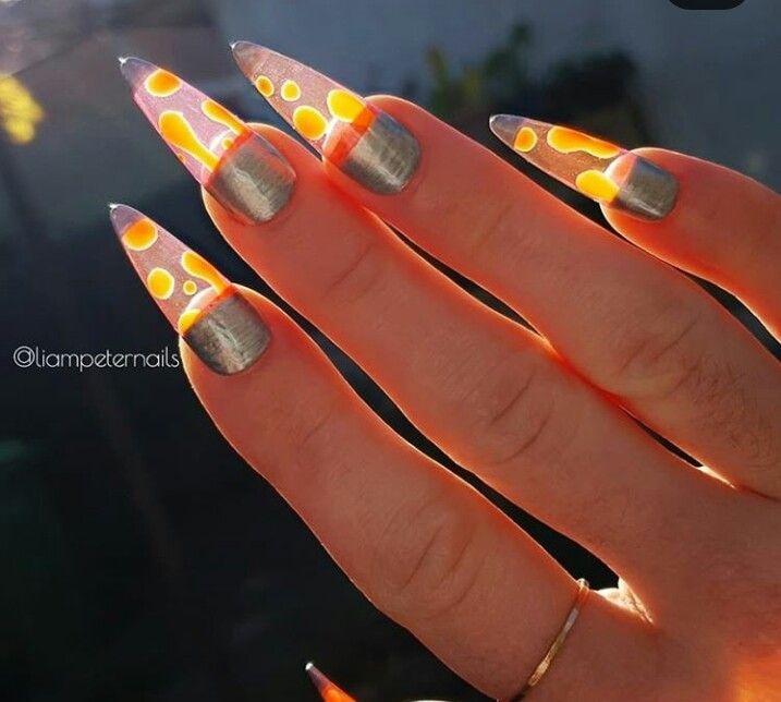 Tampilan nail art lampu lava. (Foto: Isntagram @liampeternails)