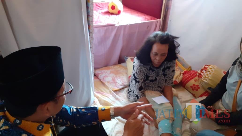 Wali Kota Malang Sutiaji (batik biru) saat mengunjungi Siti Aisyah (Pipit Anggraeni/MalangTIMES)