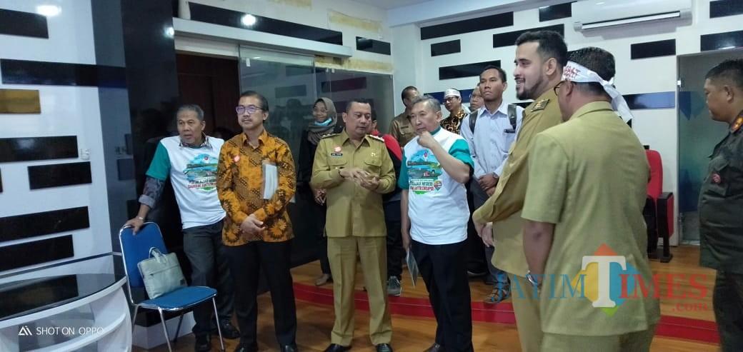 Wali Kota Probolinggo Hadi Zainal Avbidin saat menemani KPK meninjau Command Centre (Agus Salam.Jatim TIMES)