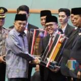 Bupati Abdullah Azwar Anas saat menerima penghargaan Parasamya Purnakarya Nugraha dari Wapres JK di Jakarta