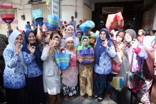 Dani Azwar Anas didampingi Kepala DLH Husnul Chotimah saat membagikan keranjang belanja  kepada emak emak di dalam Pasar Tradisionil Banyuwangi