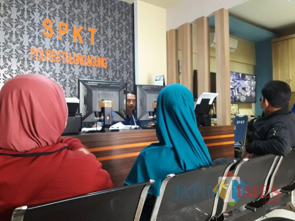 Dua orang warga Sambirobyong yang jadi korban pengurusan sertifikat saat di Polres Tulungagung / Foto : Istimewa / Tulungagung TIMES