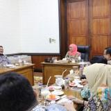 Gubernur Jatim Khofifah Indar Parawansa usai melakukan pertemuan dengan PT Polowijo Gosari Group di Gedung Negara Grahadi, Selasa (16/7) malam.