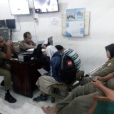 Kroco dan Endeliawati saat disidang si ruang Satpol PP Pemkab Jember. (foto : Moh. Ali Makrus / Jatim TIMES)
