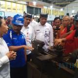 Menteri Rini Soemarno meninjau kelas Industri PT Inka di SMKN I Glagah.