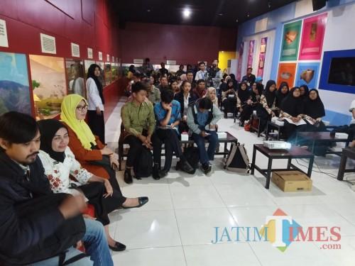 Para peserta Sinau Sejarah saat mengikuti diskusi di Museum Mpu Purwa Kota Malang. (Foto: Disbudpar Kota Malang for MalangTIMES)